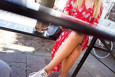 Junge Frau wartet auf ihre Verabredung - p432m1586231 von mia takahara