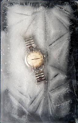 Eingefrorene Armbanduhr - p451m1487798 von Anja Weber-Decker