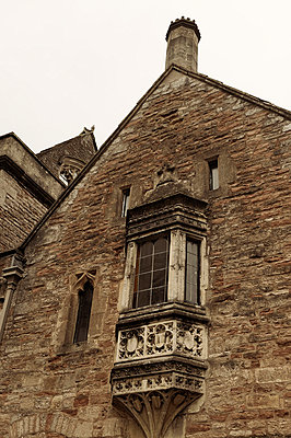Old house in England - p470m758107 by Ingrid Michel