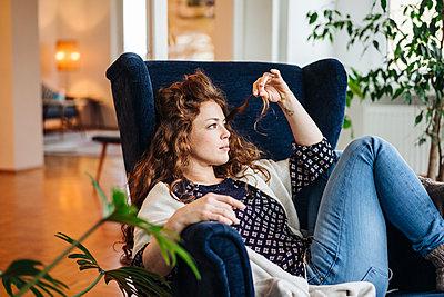 Junge Frau mit roten Haaren zuhause - p586m1200167 von Kniel Synnatzschke