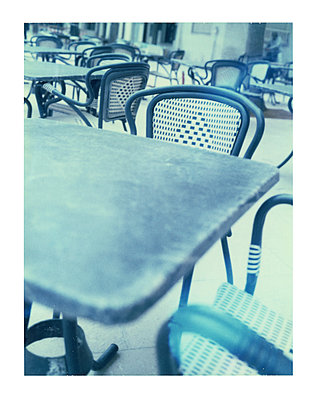 Tables and chairs of sidewalk cafe - p675m1062918 by Marion Barat