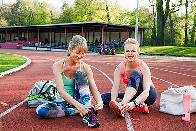Sportive woman - p904m1031334 by Stefanie Päffgen