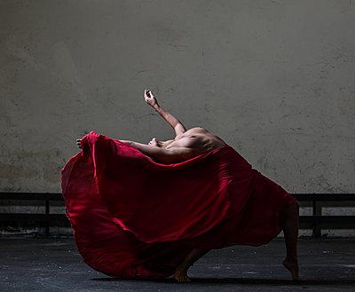 Ballerina - p1139m2022091 by Julien Benhamou