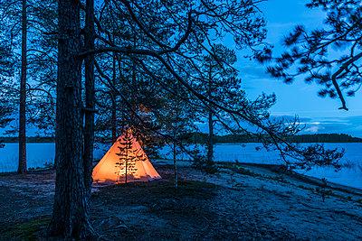 Indianerzelt im Wald - p1241m2100368 von Topi Ylä-Mononen