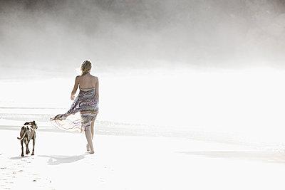 Junge Frau und Hund beim Strandspaziergang, Fuerteventura, Spanien - p1316m1160500 von Christoph Jorda