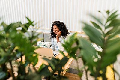 Business afro woman in coffee shop, Sevilla, Spain - p300m2299326 von Julio Rodriguez
