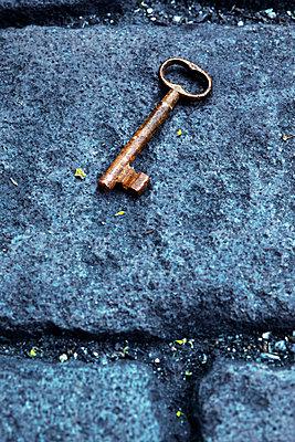 Schlüssel auf der Straße - p3300432 von Harald Braun