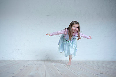 Dancing - p427m889453 by Ralf Mohr
