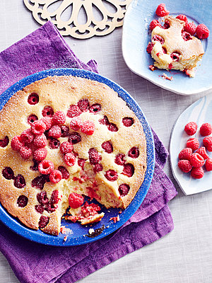 Still life of Czech bublanina cake with raspberries - p429m1013012f by BRETT STEVENS
