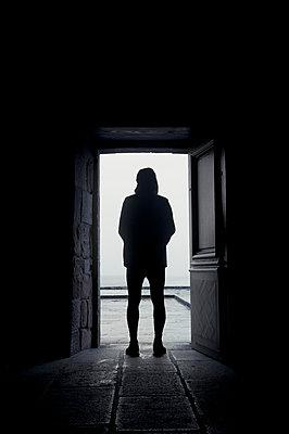 Silhouette im Gegenlicht - p470m2053094 von Ingrid Michel