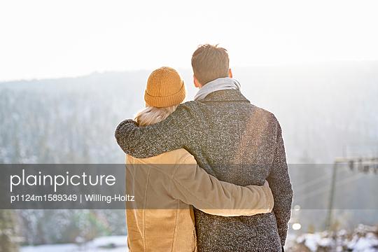 Junges Paar blickt auf eine Berglandschaft - p1124m1589349 von Willing-Holtz