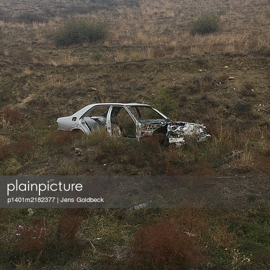 Car wreck in the countryside, Geogia - p1401m2182377 by Jens Goldbeck