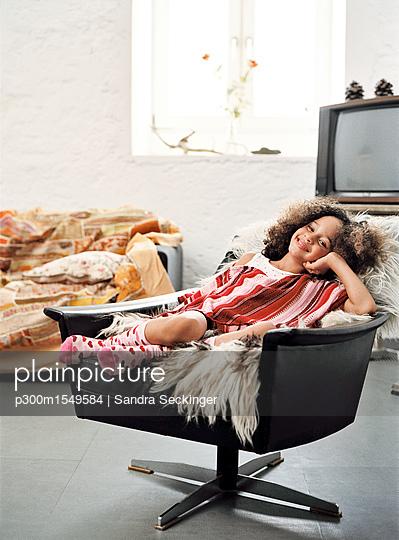 plainpicture | Photo library for authentic images - plainpicture p300m1549584 - Portrait of happy little gi... - plainpicture/Westend61/Sandra Seckinger