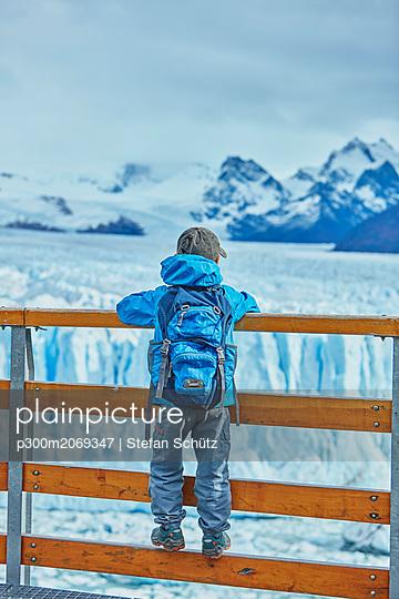Argentina, Patagonia, Perito Moreno glacier, boy looking at glacier - p300m2069347 by Stefan Schütz