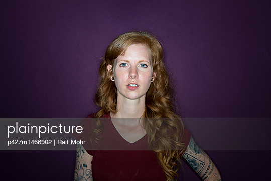 Portrait of red-haired woman - p427m1466902 by Ralf Mohr