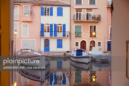 Bunte Häuser in Martiques - p432m2021248 von mia takahara