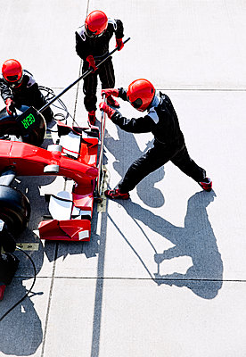 Overhead pit crew with hydraulic lift in pit lane - p1023m1443981 by Sam Edwards