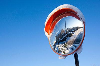 Spiegel mit Schneemütze - p1057m851563 von Stephen Shepherd