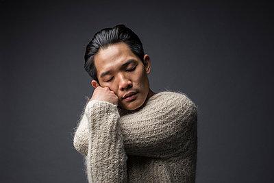 Asiatischer Mann mit geschlossenen Augen - p1284m1541345 von Ritzmann