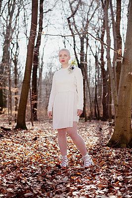 Frau im Wald - p1429m1502607 von Eva-Marlene Etzel