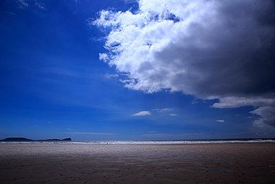 Wolken am Rhossili Beach - p179m1467213 von Roland Schneider