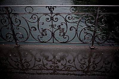 Geländer spiegelt sich in Pfütze - p606m1462365 von Iris Friedrich
