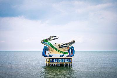 Giant Crab statue at Kep Beach, Krong Kaeb, Kep Province, Cambodia - p651m2006903 by Jason Langley photography