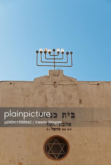 plainpicture - plainpicture p240m1558942 - Building with menorah - plainpicture/Valerie Wagner