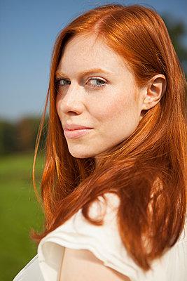 Portrait einer rothaarigen Frau - p045m1184829 von Jasmin Sander