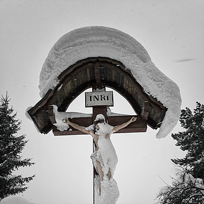 Jesus on crucifix in winter - p1383m2052831 by Wolfgang Steiner