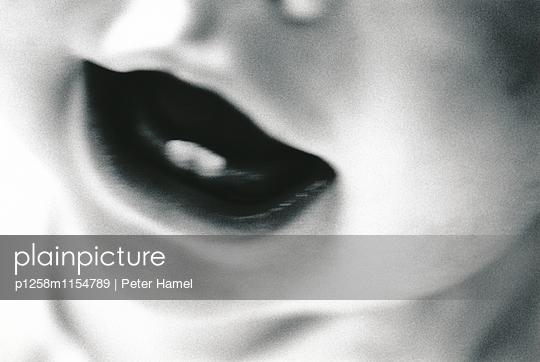 Die ersten Zähne eines Babys - p1258m1154789 von Peter Hamel