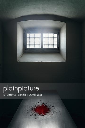 Leerer Raum mit Blutfleck auf dem Tisch nach der Autopsie - p1280m2195455 von Dave Wall
