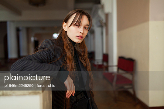 Young woman with long hair looking full of expectation - p1646m2245250 by Slava Chistyakov