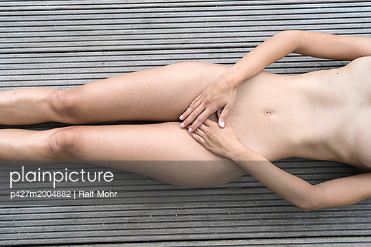 Naked woman lying on the back - p427m2004882 by Ralf Mohr