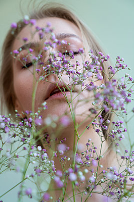 Blond woman with flowers - p427m2092567 by Ralf Mohr
