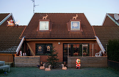 Terraced house with Christmas decoration  - p972m1160286 by Gerry Johansson