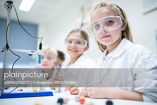 Pupils in science class experimenting - p300m2005277 von Fotoagentur WESTEND61