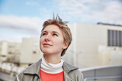 Junge Frau blickt nach oben, Portrait - p1146m2231319 von Stephanie Uhlenbrock