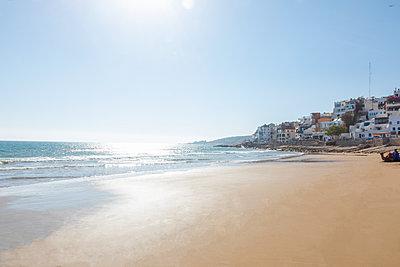 Morocco, fishing village and beach against the sun - p300m2030044 von Michael Malorny