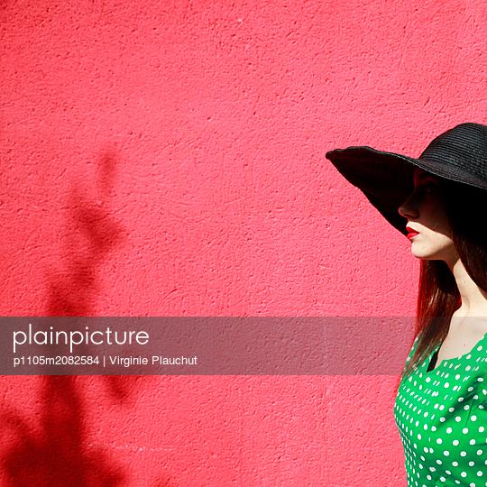 Woman wearing hat - p1105m2082584 by Virginie Plauchut