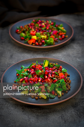 Oriental lentil salad with lentils, cucumber, bell pepper, parsley and pomegranate seeds - p300m2166835 by Larissa Veronesi