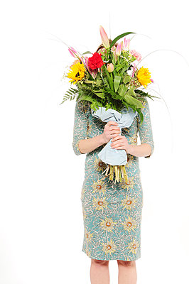 Woman holding giant bunch of flowers - p1190m2288986 by Sarah Eick