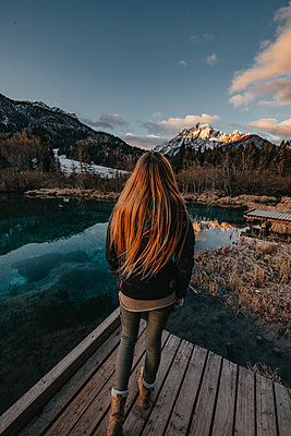 Woman enjoys a early morning sunrise at the Zelenci Natural Reserve in Slovenia - p1455m2081738 by Ingmar Wein