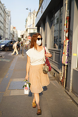 A woman walks in the streets of Paris - p1610m2208787 by myriam tirler