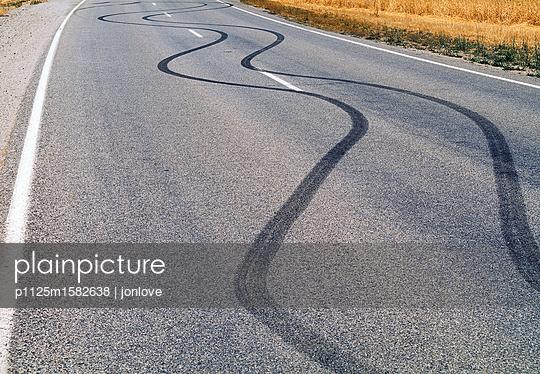 Bremsspuren auf einer Straße - p1125m1582638 von jonlove