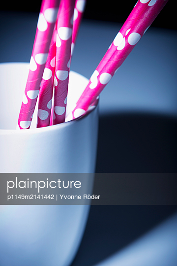 Drinking straws out of paper - p1149m2141442 by Yvonne Röder
