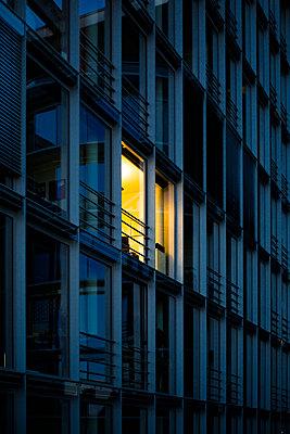 moderne Fassade bei Dämmerung  - p1325m1515633 von Antje Solveig