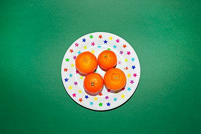 Mandarinen auf Sternenteller - p432m1508000 von mia takahara