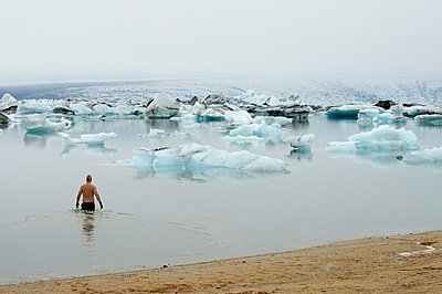 Eisbaden - p470m658663 von Ingrid Michel