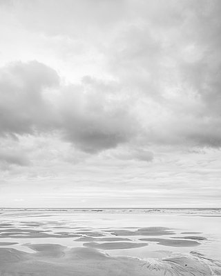 Cloud formations and wet sand on the vast expanse of beach at Sandymouth, Bude, Cornwall, England, United Kingdom - p871m2114026 by Baxter Bradford
